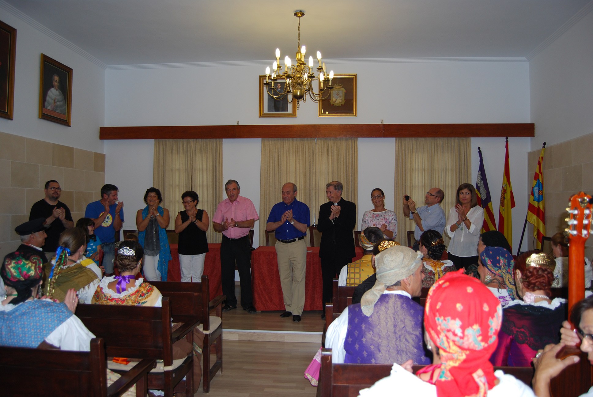 El Bisbe de Menorca, Salvador Gimenez i el Batle de Ferreries, el Valencià Manuel Monerris, donen la Benvinguda al grup de danses murer, al saló de plens de l'Ajuntament.