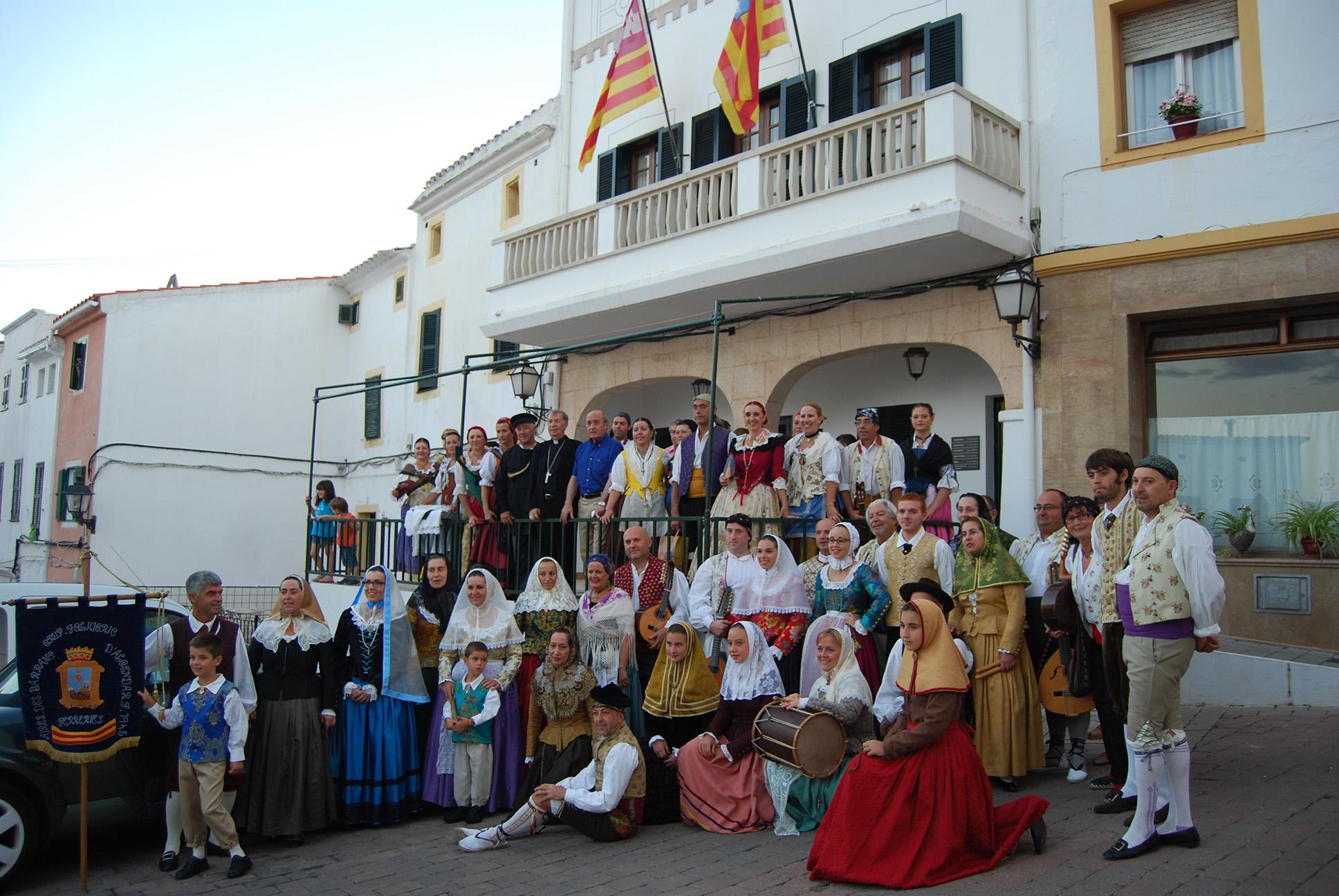 Els Grups de Muro i Ferreries, es varen fotografiar al Pla de l'Església, davant l'Ajuntament de Ferreries.