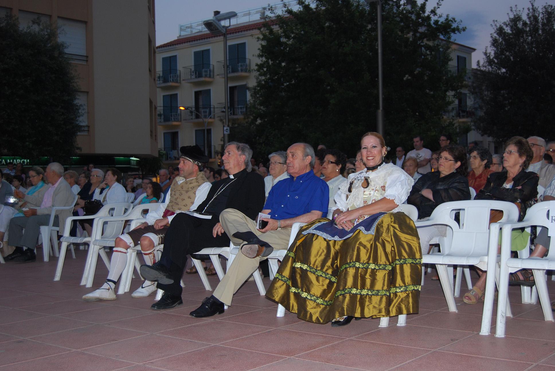 El Batle de Ferreries i el Bisbe de Menorca, amb dos membres de Baladre, gaudint de l'actuació del grup Aires des Barranc d'Algendar.