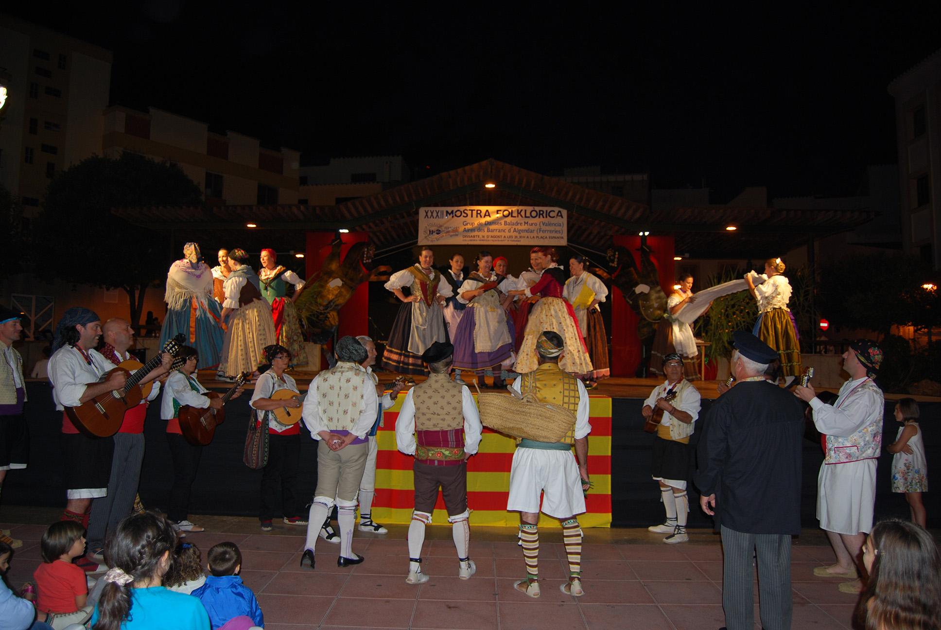 """El Grup de Danses Baladre va representar a Ferreries el seu espectacle """"Ronda de Fadrins"""": Es un espectacle al voltant de les tradicionals rondes de fadrins davall de les balconades on es rondava a les xiques fadrines."""