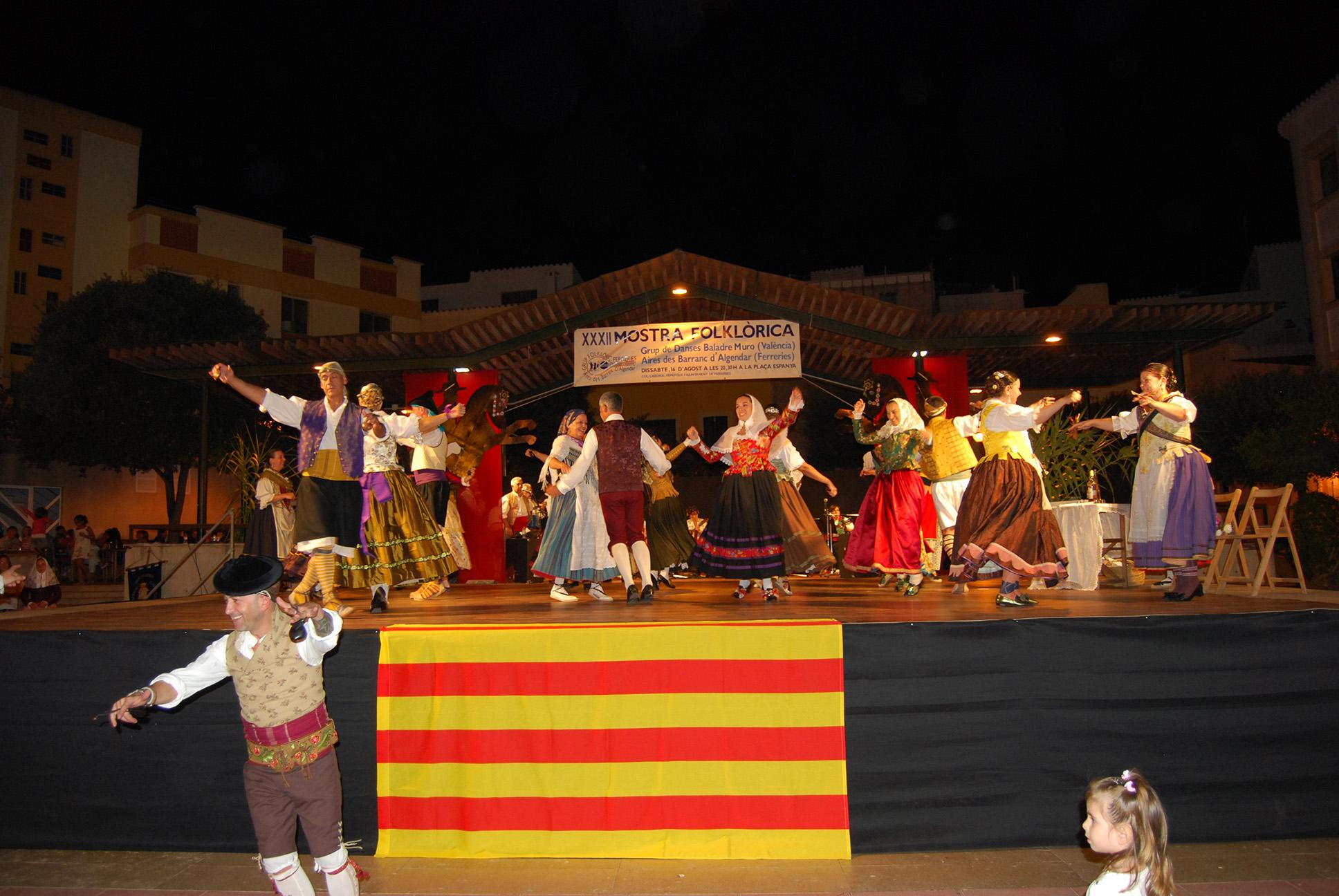 El Grup Es Barranc d'Algendar i El Grup Baladre varen ballar conjuntament la jota de Muro, la qual cosa va agradar molt al públic de Ferreries.